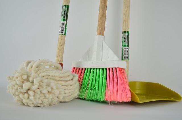 koště, mop a lopatka.jpg