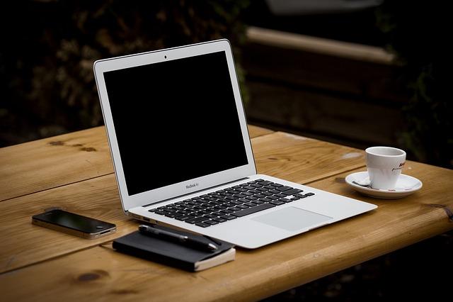 notebook na dřevěném stolku