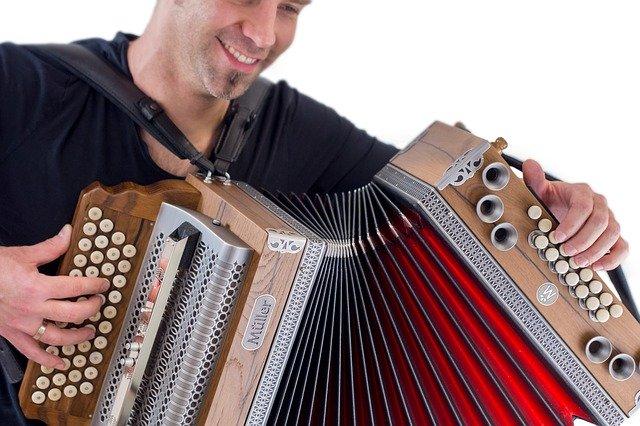muž hrající na klasickou harmoniku