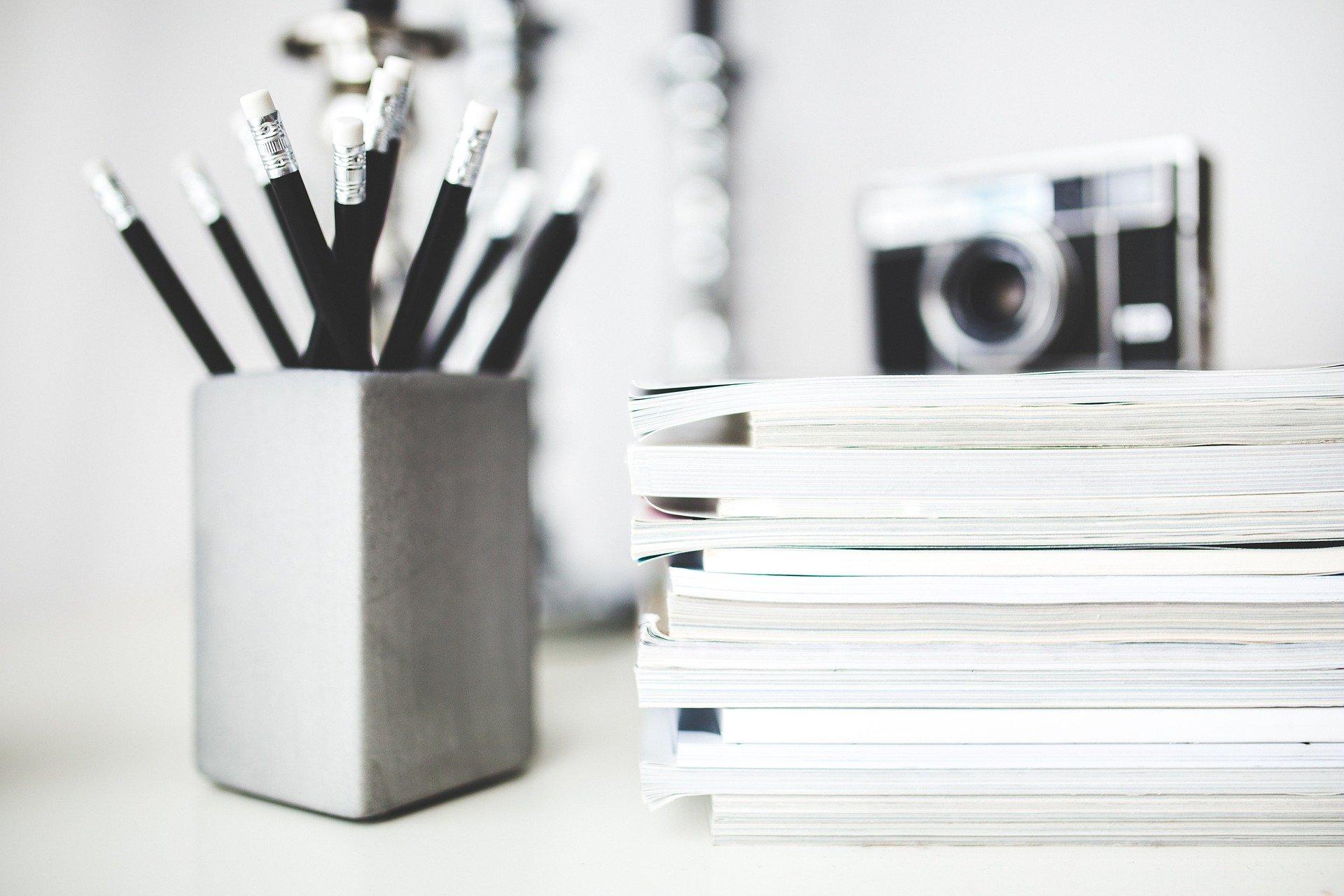 tužky na stole